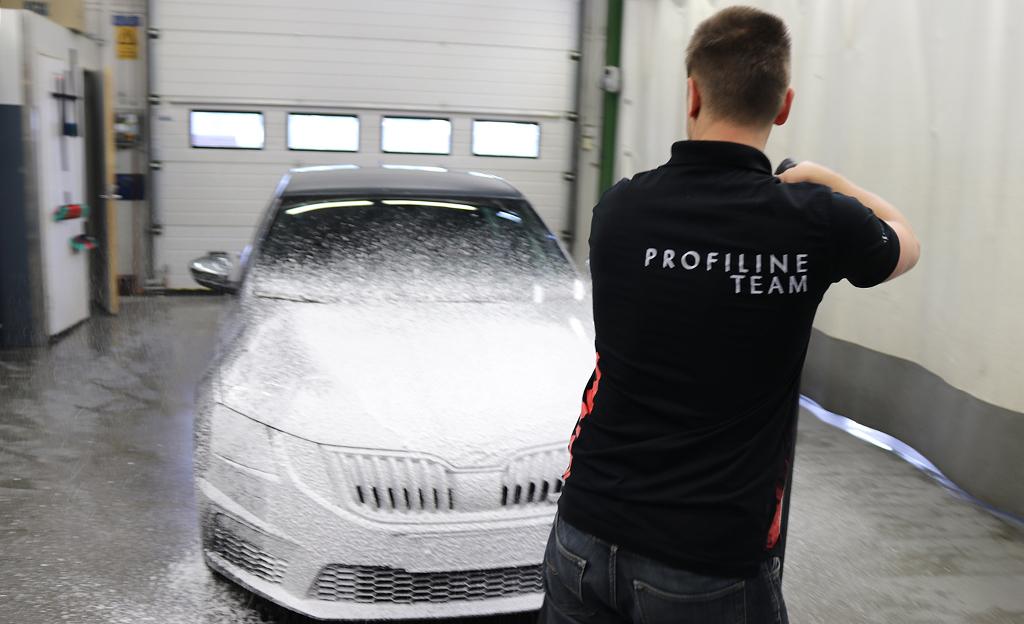 Oletko kokeillut jo uutta pesutrendiä? Auton vaahtopesu ei vaadi painepesuria