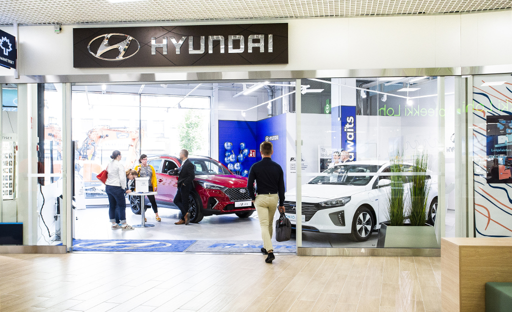 Autofiilistelyä helpoimmillaan – Hyundai avasi uudenlaisen showroomin keskelle kauppakeskusta