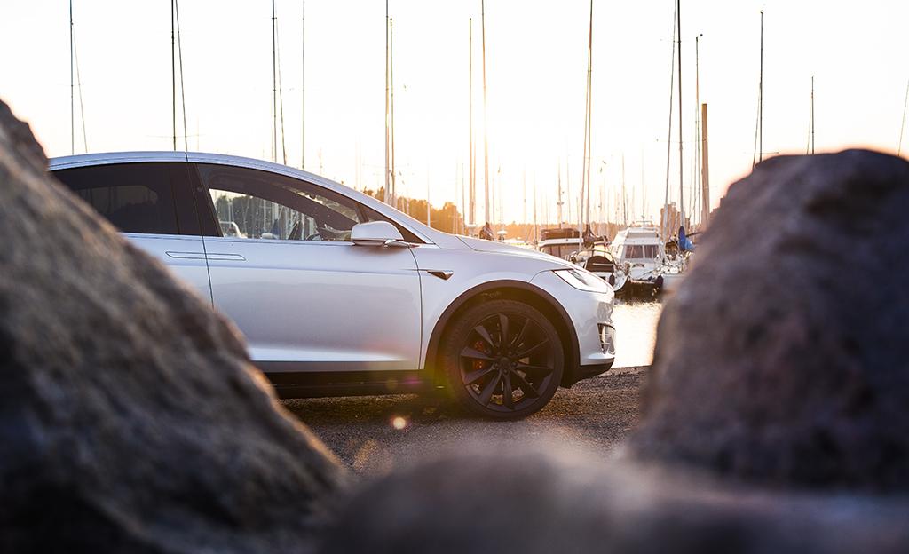 Koeajossa Tesla Model X - erikoiset haukansiipiovet ovat näppärät