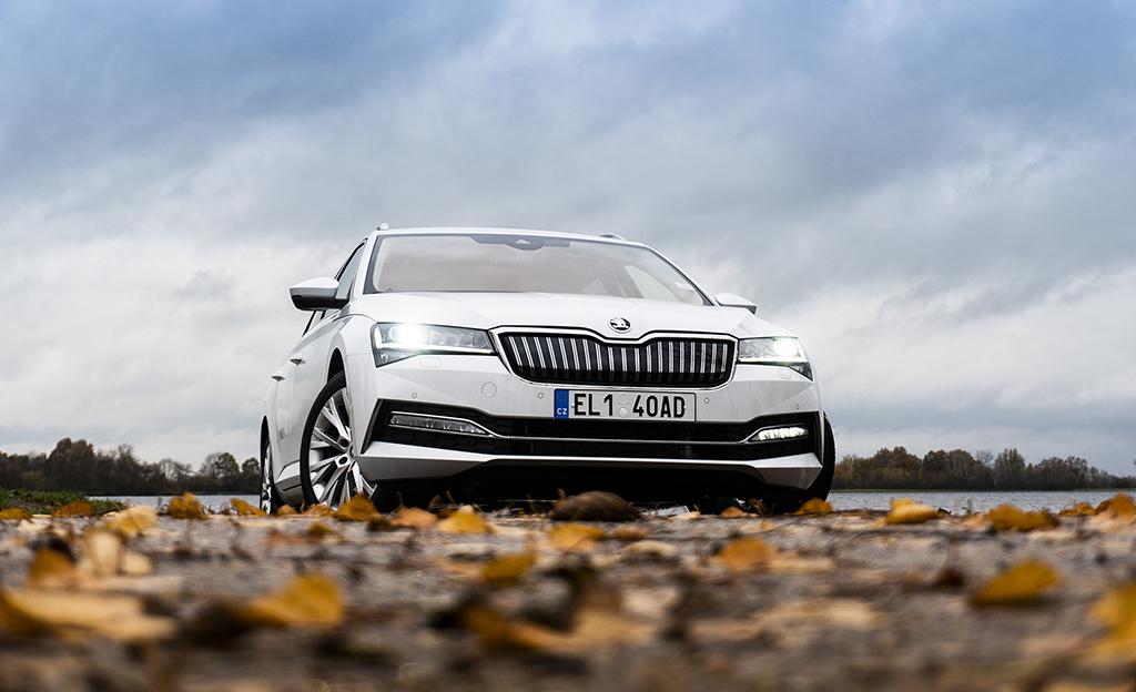 Koeajossa Skoda Superb iV -plugin-hybridi – hinta yllättää positiivisesti