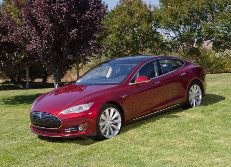 Autoesittely Tesla Model S 2014