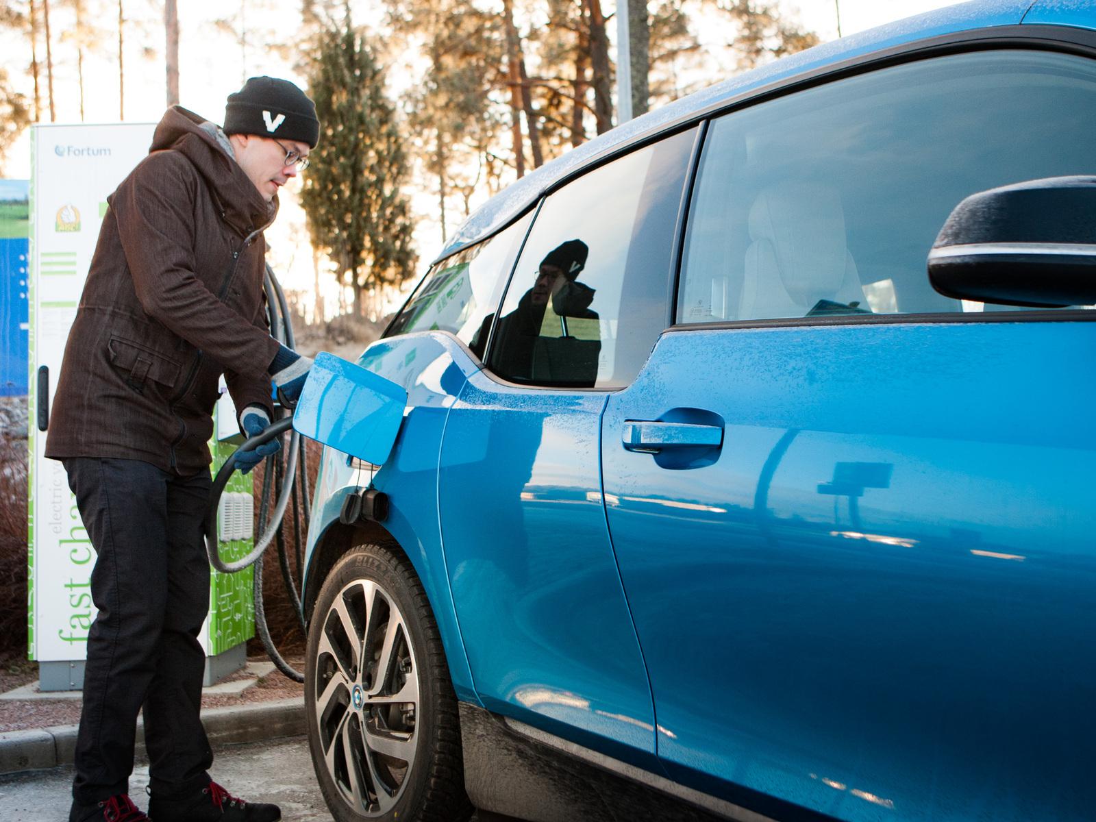 Sähköauto vs. polttomoottori: Ovatko sähköautot vain varakkaiden viherpesua?
