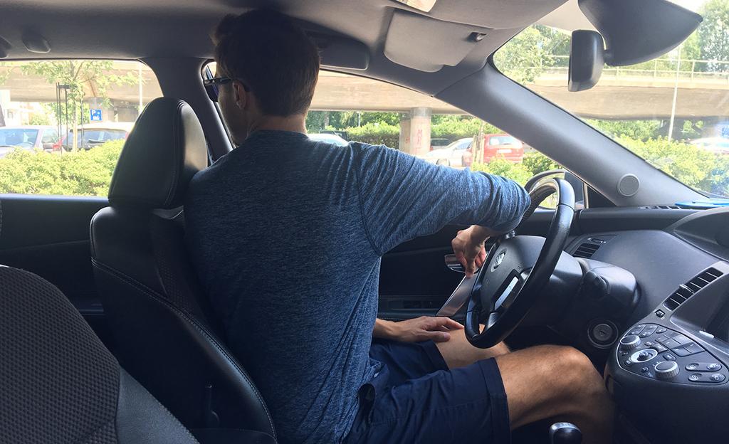 """Näin avaat autosi oven turvallisesti – """"Hollantilainen ote"""" on nerokkaan yksinkertainen"""