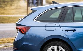Kannattaako auto ostaa omaksi? Tämä kuvaaja paljastaa kannattavuusrajan ja arvonaleneman nopeuden