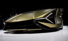 3,4 miljoonaa euroa maksavan Lamborghini Siánin keula nuolee asvalttia – arvaatko kiihtyvyyden?
