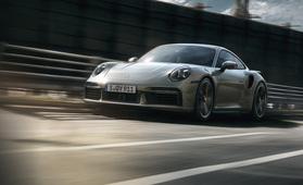 Moottorin murinasta ja pakoputkien paukkeesta pitäville – Porsche 911 Turbo S on bensalenkkareiden uusi märkä päiväuni