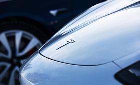 Onko rytinä alkanut? Tesla Model 3 pyyhkäisi Euroopassakin saksalais-premiumien ohi