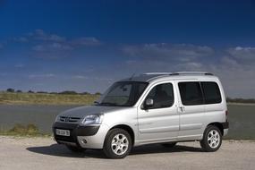 Autoesittely Peugeot Partner 2005