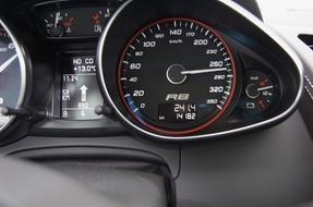 Superautovertailu: Audi R8 V10 vs Jaguar XKR vs Nissan GT-R