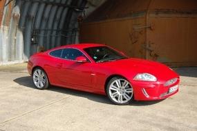 Jaguar XKR:ssä äänimaailma muuttuu jylinäksi – (510 hv)