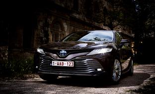 Toyota Camry Hybrid (2019) koeajossa - pihi ja ylellinen