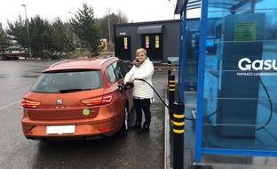 Sähköautoa halvempi kaasuauto on tuonut Annastiinalle säästöä työmatkoihin – tilat sopivat hyvin koko perheelle