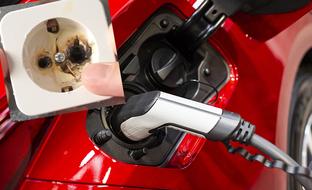Varoittava kuva tulipaloriskistä: vältä nämä virheet auton kotilatauksessa