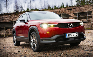 Poikkeuksellisen hienoa sähkö-premiumia 33990 euron hintaan – koeajossa väärinymmärretty Mazda MX-30