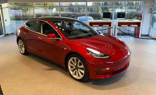 Tässä se nyt on: Tesla Model 3 ensimmäistä kertaa Suomessa