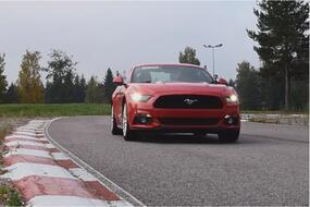 Video: Ford Mustang ja Lotus Elise radalla