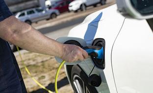 Käytettyjä sähkö- ja kaasuautoja tuodaan Suomeen nyt ennätystahtiin
