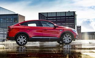 Koeajossa muotoilulla leikittelevä Renault Arkana – itselataava hybridi yllätti iloisesti ajettavuudellaan