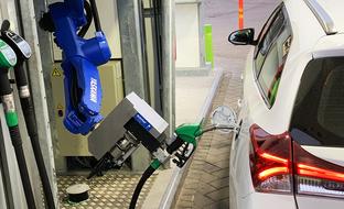 Tällainen on tulevaisuuden huoltoasema: robotti tankkaa ja ostokset hoituvat automaateista