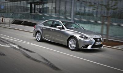 Autoesittely Lexus IS 300h 2013