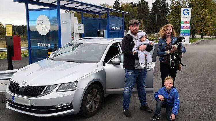 """Kähärit hankkivat kaasuauton yksityisleasingilla: """"Koiran häkki ja lastenrattaat mahtuvat hyvin kyytiin"""""""