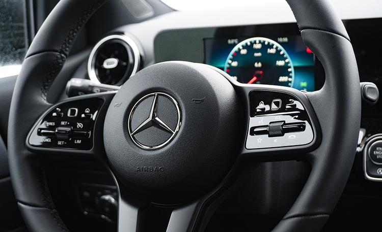 Autokauppias yllättyi: käytetyt viedään nyt käsistä – ostaa 15 miljoonalla eurolla autoja varastoon