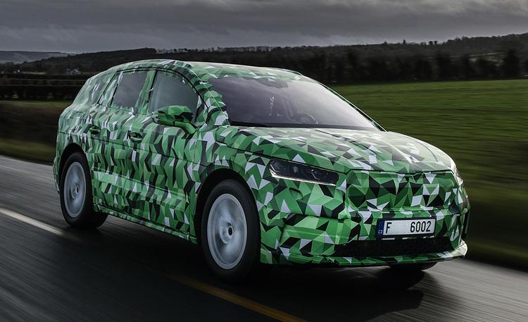 Suomalaisten tuleva sähköautosuosikki? Listasimme Škoda Enyaq iV -täyssähköauton mielenkiintoiset malliversiot