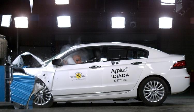 Uudemman auton ostaja ostaa myös turvallisuutta
