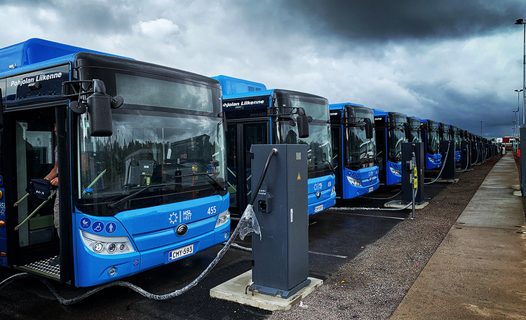 Näistä syistä sähkö voittaa dieselin – Suomen suurin sähköbussilaivasto aloittaa liikennöinnin