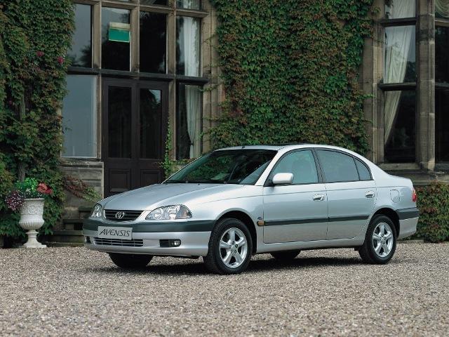 Autoesittely Toyota Avensis 2001-2002