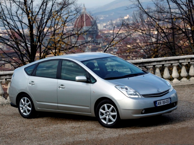 Autoesittely Toyota Prius 2004