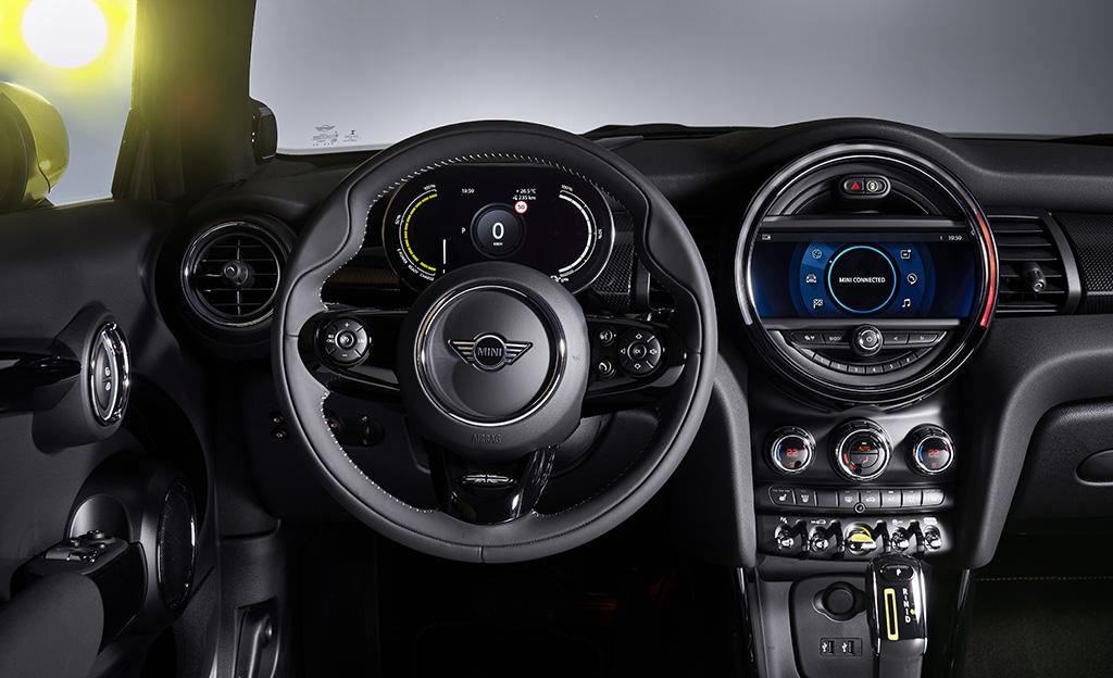 Mini Cooper SE sähköauto sisätilat