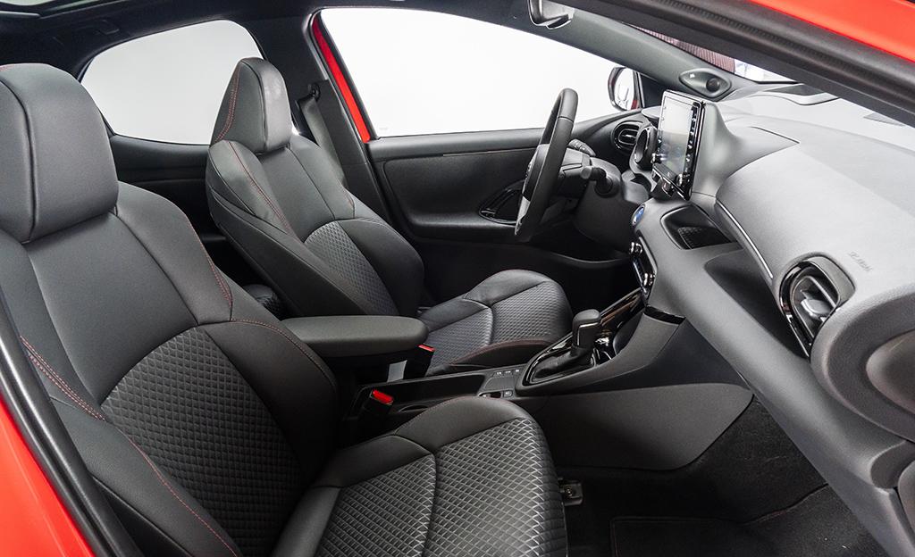Toyota Yaris Hybrid istuimet