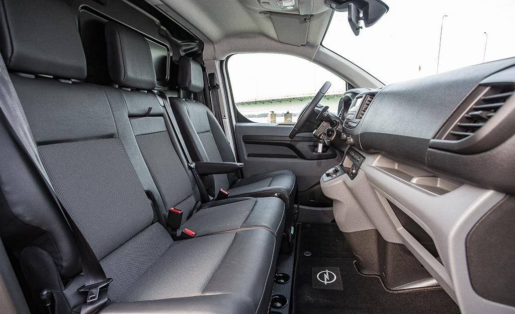 Opel Vivaro ohjaamo